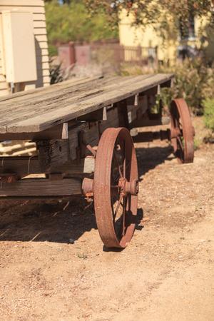 carreta madera: Rusty viejo vag�n de madera en una granja de California Foto de archivo