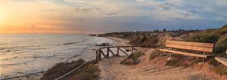 クリスタル コーブ ビーチ、ニューポート ・ ビーチ、ラグナ ・ ビーチの線、南カリフォルニアのビューで outlook 沿いのベンチ