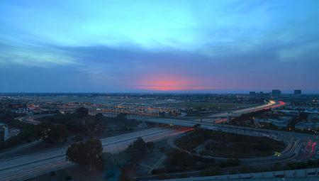 오렌지 카운티, 캘리포니아, 존 웨인 공항에서 공중보기 공중에서 비가와 석양 405 고속도로 앞에서 가벼운 산책로.