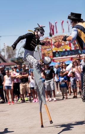 コスタメサ、カリフォルニア州、アメリカ合衆国 - 2016 年 7 月 16 日: ドラゴン騎士団スチーム パンクな高床式の歩行者は 2016 年 7 月 16 日でコスタメ 報道画像