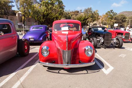Laguna Beach, CA, USA - 2. Oktober 2016: Rot 1940 Ford Deluxe Opera Coupe im Besitz von Susan Reese und im Rotary Club Laguna Beach 2016 Classic Car Show gezeigt. Redaktionelle Verwendung.