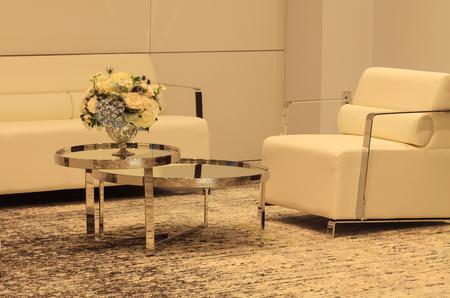 흰색 의자 및 백그라운드에서 소파 미러 테이블에 실버 꽃병 결혼식 꽃다발. 꽃은 흰색 양귀비 양귀비 종, 흰 장미, 푸른 엉겅퀴 꽃, 수국 및 땀 완두콩 스톡 콘텐츠