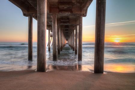 南カリフォルニアのハンティントンビーチ桟橋の後ろに夕焼け HDR