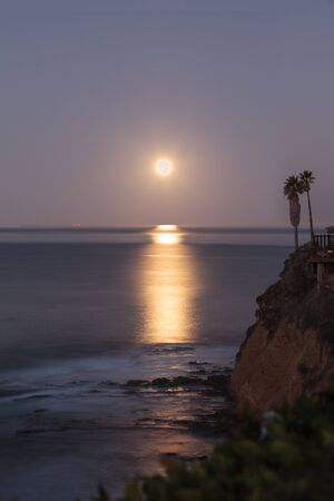 Super moon sets over the Pacific ocean in Laguna Beach, California, United States Imagens