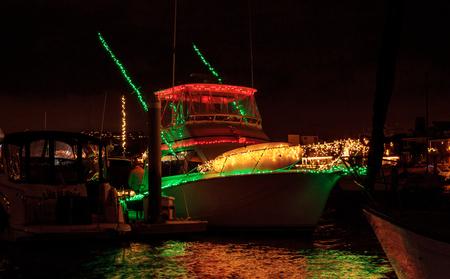 요트와 뉴 포트 비치 발보아 항구에서 배송에 다채로운 휴가 조명 크리스마스 보트 퍼레이드입니다.
