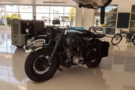 Santa Ana, Californie, États-Unis - 21 janvier 2017: Moto et sidecar BMW R-75 grises de 1944 exposées au Lyon Air Museum à El Santa Ana, Californie, États-Unis. Il a été utilisé pendant la seconde guerre mondiale. Utilisation éditoriale uniquement. Banque d'images - 70334426