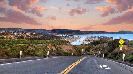 米国南カリフォルニア州の日没でデイナ ポイント港へ続く道