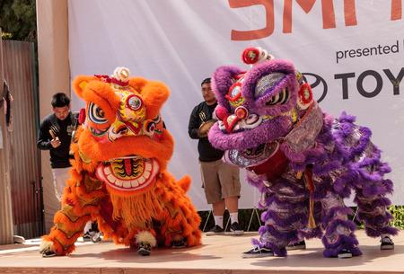 サンディエゴ、カリフォルニア州、アメリカ合衆国 - 2017 年 7 月 1 日: 中国獅子舞はデモ サン ディエゴ動物園サファリ パークでを実行します。社説