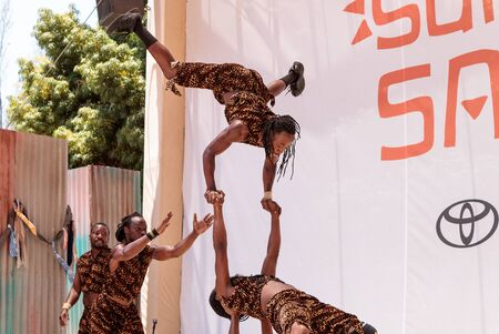 acrobacia: San Diego, CA, USA – July 1, 2017: Acrobatic performance of the Zuzu African acrobats at the San Diego Zoo Safari park. Editorial only. Editorial