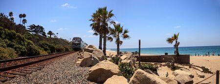 米国カリフォルニア州サン ・ クレメンテ â €2017 年 7 月 31 日: 鉄道夏の南カリフォルニアのサン ・ クレメンテ ステート ビーチを介して実行トラ