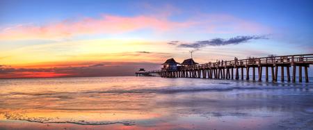 Pilastro di Napoli sulla spiaggia al tramonto a Napoli, Florida, USA