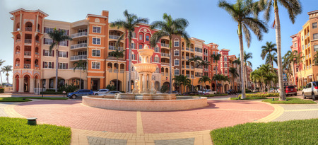 Naples, Florida, USA – April 29, 2018: Colorful Shops and fountains along 3rd street along the harbor in Naples, Florida Redactioneel
