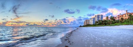 Puesta de sol sobre el océano en Vanderbilt Beach en Naples, Florida