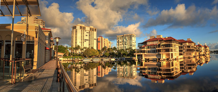Reflection in the water of buildings along the Village at Venetian Bay in Naples, Florida. Redactioneel