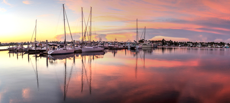 Sunrise over a quiet harbor in old Naples, Florida during the summer Stockfoto