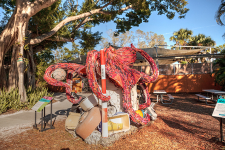 Naples, Florida, USA – December 23, 2018: Octavia the Octopus Sculpture made of garbage found in the ocean as part of the Washed Ashore art exhibit and environmental movement showcased at the Naples Zoo. Banque d'images - 114718799