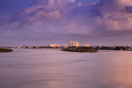 Boats and waterfront view at dawn over the Indian River in New Smyrna Beach, Florida. 免版税图像 - 133544829