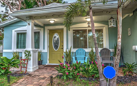 Blue and green beach bungalow porch in tropical Naples, Florida Stockfoto