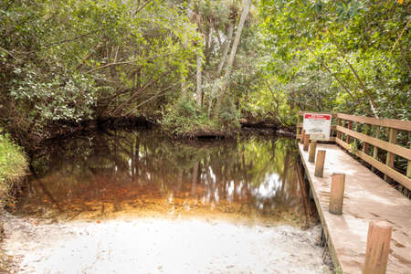 Fort Myers, Florida, USA – November 1, 2020:  Kayak launch and Boardwalk that extends through Manatee Park in Fort Myers, Florida. Redactioneel