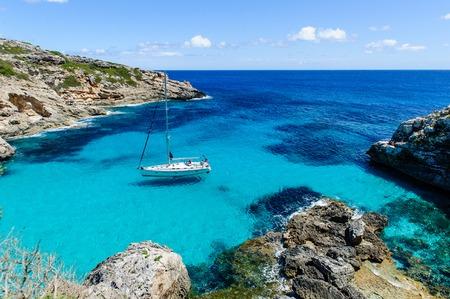 항해 보트 앵커입니다. 낙원 야생 베이입니다. Cala Marmolis.