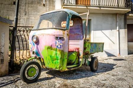 히피 레트로 자동차. 타 오르 미나 좁은 거리, 시칠리아, 이탈리아