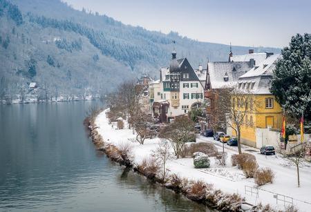독일 트라-Trarbach의 마을과 모젤 강 겨울보기