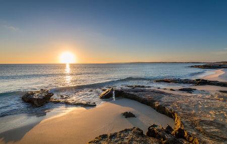 horizonte: Sun est� aumentando en las playas de arena y horizonte iluminado de la isla de Formentera. Espa�a.