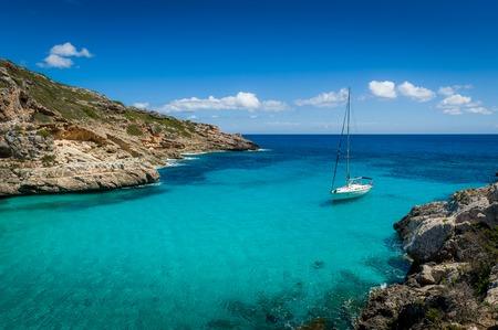 청록색 투명 한 물과 꿈 베이에 요트 숙박 항해. 마요르카 섬, 스페인