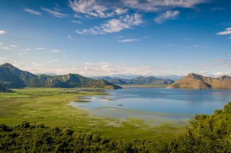 paisaje mediterraneo: Skadar lago del parque nacional. Lago rodeado de montañas. Montenegro. Foto de archivo