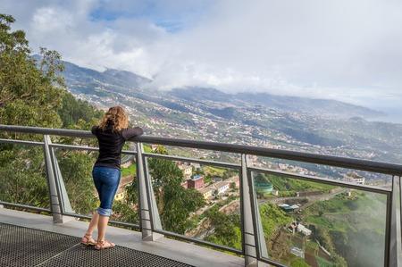 카보 Girao 유명한 관점에서 마데이라 풍경을보고하는 여자. Cabo Girao는 유럽에서 가장 높은 절벽입니다. 마데이라 섬, 포르투갈입니다.