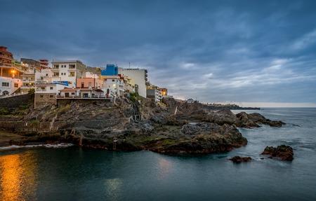 岩のプエルト デ サンティアゴの夜の風景