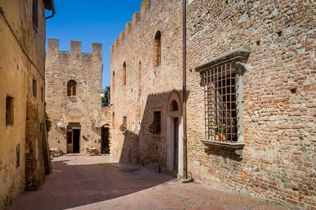 Medieval streets of Certaldo. Popular touristic stop at Tuscany, Italy. Banco de Imagens