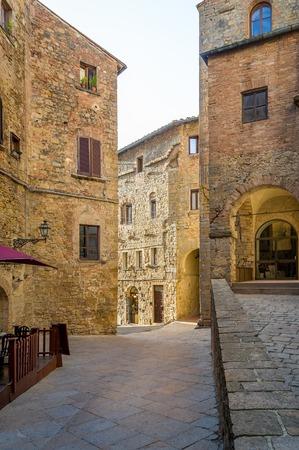 Volterra old town street vertical 版權商用圖片 - 121251043