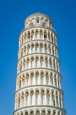 Pisa Tower close up vertical photo wit blue sky background. Toscana, Italy 版權商用圖片 - 121251213