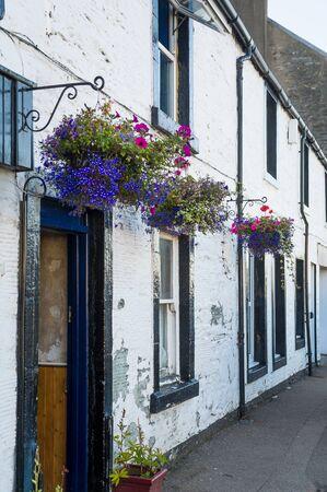 Tarbert old town street, traditonal houses decorated with flowers. Hebrides islands, Scotland. 版權商用圖片