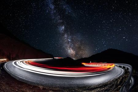 exposición: Estrellas y luces de los autom�viles senderos en el camino Foto de archivo