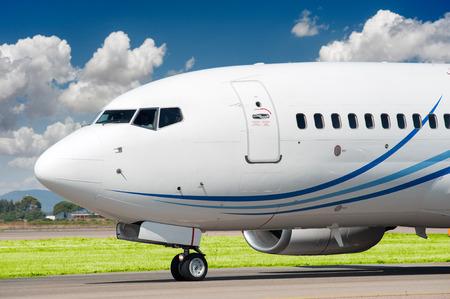 aviones pasajeros: Avi�n de pasajeros gravar a despegar Foto de archivo