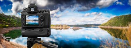 Dslr camera shooting in a calm lake 免版税图像