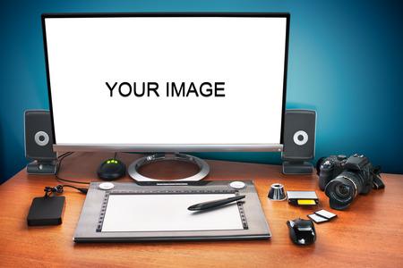 publicidad exterior: Publique escritorio producci�n con la c�mara digital, tarjetas de memoria, tableta gr�fica y el monitor a anunciar youself y su trabajo. Monitor en blanco para pegar la imagen.