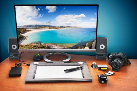 publicidad exterior: Publique escritorio producci�n con la c�mara digital, tarjetas de memoria, tableta gr�fica y el monitor a anunciar youself y su trabajo. Monitor con paisaje marino foto.