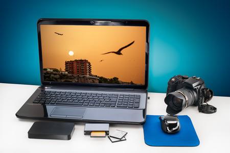 publicidad exterior: Escritorio Post-producción con el portátil, cámara digital, tarjetas de memoria para hacer publicidad youself y su trabajo.