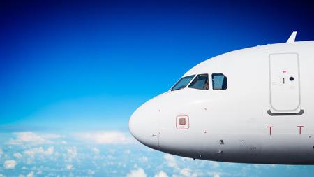 Avión de pasajeros nariz de cerca en vuelo