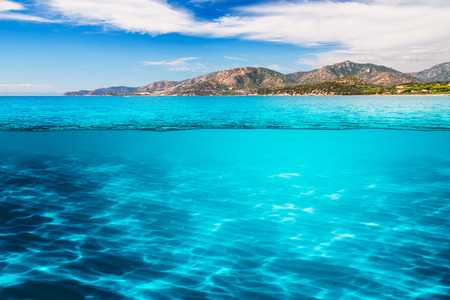 paisaje mediterraneo: aguas cristalinas del mar Mediterráneo bajo el cielo azul