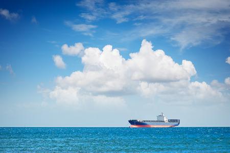 horizonte: Barco de contenedores en el ancla en el horizonte