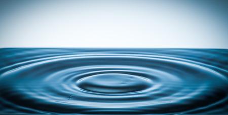 circulos concentricos: tensi�n superficial de un l�quido con c�rculos conc�ntricos Foto de archivo