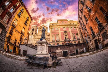 alberto: Carlo Alberto plaza con la estatua de San Francisco en Cagliari al atardecer - tomada con un lente ojo de pez para 180 �ngulo en un solo disparo