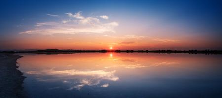 specular: Perfectamente reflexi�n especular en el agua al atardecer - vista panor�mica