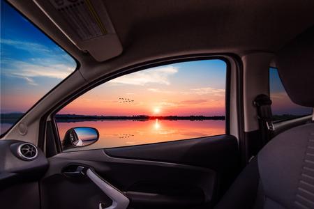 reflexion: Puesta de sol con reflejos vistos desde el interior de un coche Foto de archivo