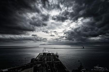 항구 위의 극적인 하늘