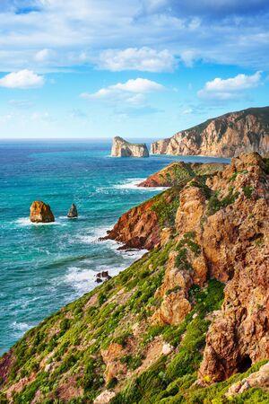 mare agitato: costa mediterranea con alte scogliere e mare agitato
